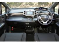 メーターはハイブリッド専用のデジタル式。スパイク(写真)では、チタン調のステアリングガーニッシュもガソリン車との識別点となる。