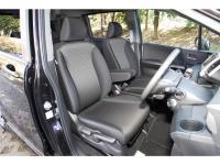 ハイブリッド・ジャストセレクションは、運転席に加え助手席にも格納式アームレストを備える(写真はスパイク)。