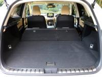 駆動用バッテリーを後席下に配置し、ハイブリッド車も大容量の荷室を実現した。荷室長も余裕がある。