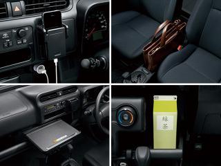 前席間にカバンを置き、ハンドル左にはスマホを収めて、充電もできる設計とした。1L紙パック飲料が収まるトレイやA4対応の大型トレイも、ユーザーの声を反映したもの。