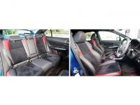 赤ステッチのスポーツシートを採用。25mmのホイールベース拡大は後席足元に充てられ、居住性を改善した。