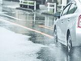 スタッドレスが雨で滑りやすい理由は?ノーマルタイヤとの違いは?