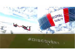360度体感動画! ランドローバー ディスカバリーのシートをスカイダイビング中に操作