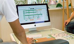 全国にネットワークをもつ販売店なら、他店にある在庫から条件に合ったクルマを探してもらうことも可能。