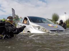 クルマが水没! 車内のあなたがすべきことはこれ!