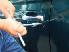 禁断のクルマ実験室 ドアのカギ穴をマイナスドライバーで回して解錠
