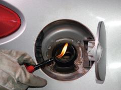 禁断のクルマ実験室 燃料給油口に着火源があるとどうなるのか?