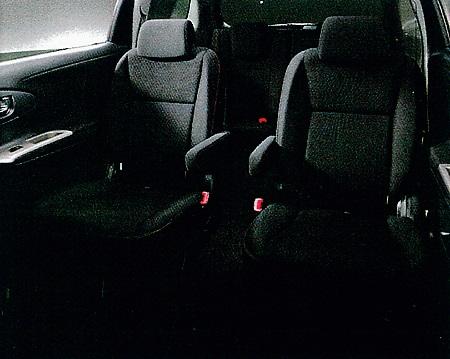 2列目シートは2.0Zのみ左右独立の2人掛け(乗車定員6名)となる以外は、3人掛けのベンチシートで乗車定員は7名となる(写真左)