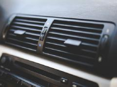 車のエアコンの掃除方法を徹底紹介!臭いの原因は洗浄剤で対策できる!