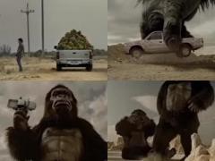 巨大ゴリラに踏まれても全然平気! フォードのトラックCMが笑える!
