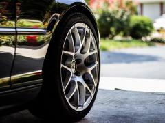 自動車のタイヤの空気入れを自分で手動で行う方法!空気圧もチェック