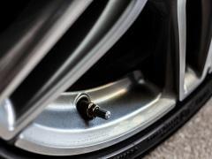 タイヤ交換ではエアバルブも確認!バルブの寿命や交換時期・交換方法や工賃の目安を解説