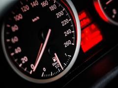 自動車の走行距離課税とは?損する人、得する人はどんな人?仕組みを解説!