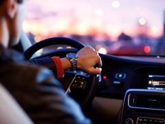 自動車に当て逃げされたらどうする?対処法や罰則を解説