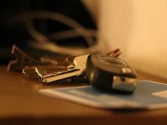 リレーアタックとは?スマートキーの車を狙う犯行手口・盗難対策