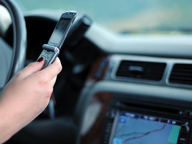 運転席で携帯電話を操作する様子