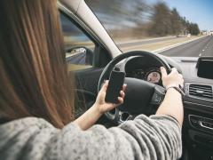 スマホ(携帯電話)を使用することの危険性と違反時の罰金・点数