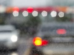 車の窓ガラスの曇り止めをする重要性と取り方・解消方法
