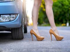 ハイヒールで運転すると違反になる?運転中に違反になる靴と罰則について