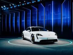 ポルシェ タイカンがワールドプレミア! 5分で100km分を充電する電動スポーツカー