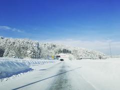 北海道で冬のドライブを楽しむためには「4種の神器!」〜雪国であると便利な車の装備をご紹介〜