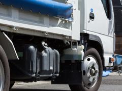 トラックの泥除けは必要?泥除けの種類やメリットなど解説
