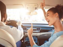 運転中に音楽を聴くのは危険?メリット・デメリットを知って安全にドライブを楽しもう!