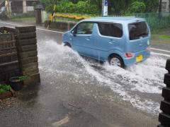 台風被害は自動車保険でカバーできる?飛来物の傷は誰の責任?リスクに備えた知識4つ