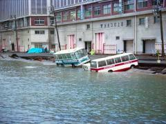 愛車が水没してしまったときの対処法と保険適用について
