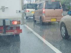 台風から愛車を守るために取るべき対策は?車両保険の適用範囲についても解説