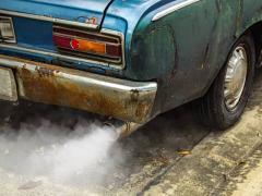 【海水や潮風で車はサビる?】サビの原因や下回りの点検・サビ対策についても解説!