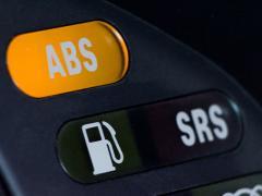 ABSはいつ使う?仕組みは?警告ランプが消えない原因と解除方法
