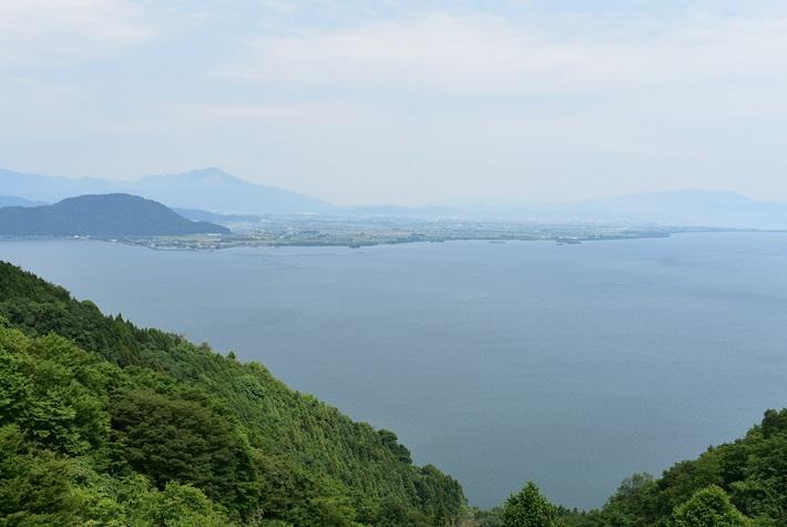 滋賀・奥琵琶湖パークウェイのつづら尾崎展望台 奥琵琶湖と竹生島の絶景を望める
