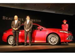 セダンの復権を目指す「大変身!」の新型トヨタ カムリがデビュー