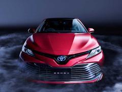トヨタ、新型ハイブリッドセダン「カムリ」を発売