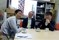 左から、田村直彦さん(46)、中岡正敏さん(44)、澤田基之さん(48)。クルマは「そこそこ好き」な3人が、体験してきたクルマカルチャーを語ってくれた。