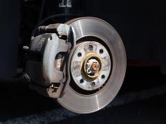 ブレーキキャリパーの塗装やカバーの取付で車検に通すことはできるのか