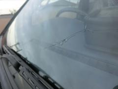 飛び石によって傷ついたフロントガラスやヘッドライトは車検に通るのか