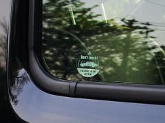 盗難防止ステッカーを貼った車は車検に通るのか