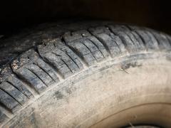 車のタイヤ(サイドウォール)が茶色く変色してしまう原因と対策