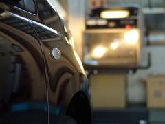 車のヘッドライトの光軸(向き)調整方法について