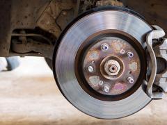 車のブレーキキャリパーが固着する原因と対処について