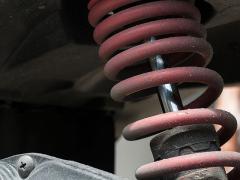 ショックアブソーバーからのオイル漏れの原因と修理について