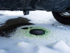 車の液漏れの原因は?色(緑・赤・茶色)や位置から判断しよう
