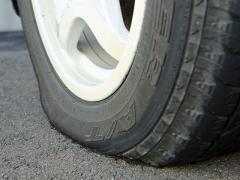 車のタイヤ側面のへこみや凹凸の原因と対処方法