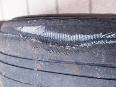 タイヤの片減りが内側と外側で起きる原因の違い