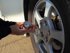 タイヤの空気圧をセルフチェックする方法と頻度について