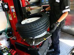車のタイヤがパンクした時にディーラーに依頼するメリットとは