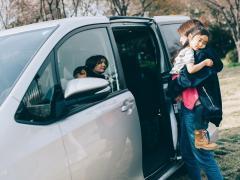 車で子供が快適に寝るためのグッズを紹介!長距離ドライブのコツについて