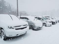 車の雪対策に用意しておきたいグッズとは